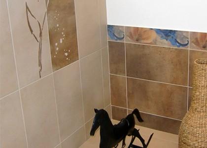 Gemütliches Badezimmer mit Musterfliesen und Bordüre