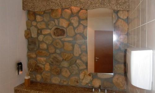 Rustikales Badezimmer mit Natursteinen